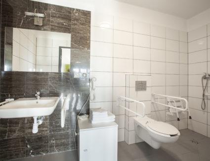 łazienka przystosowana dla osób niepełnosprawnych w apartamencie nr 1